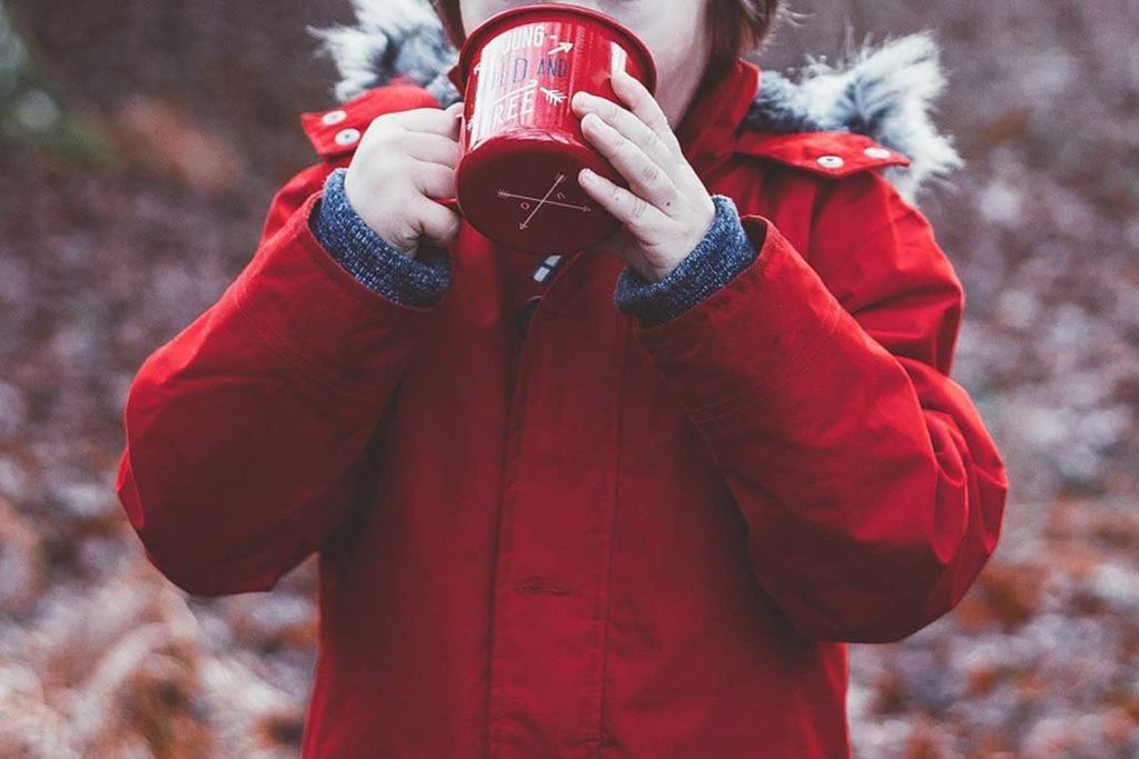 dete pije kafu